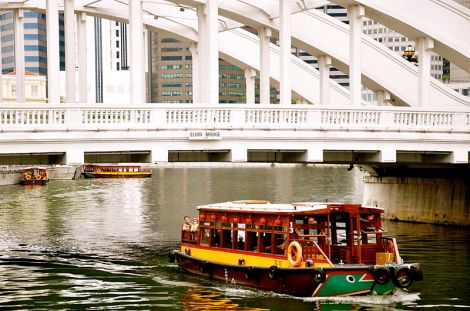 bumboat_passing_under_elgin_bridge_singapore_-_20090926